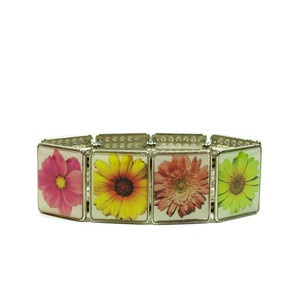 Gerbera Daisy Bracelet - so cute! Great flower girl gift. So over the bride Barbies already.