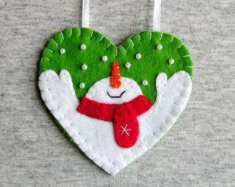 Kerst sneeuwpop, boom ornamenten, voelde sneeuwpop, home decor, voelde Kerst ornamenten, voelde sieraad, borduurwerk handgemaakt, prijs PER 1 ITEM - ornament met lus (of magneet)   Kerst sneeuwpop, christmas tree ornament, stoffen ornamenten, home decor, handgemaakte borduurwerk  Vilt is een zeer zacht, aangenaam en milieuvriendelijk materiaal. Voelde ornament ziet er geweldig uit in elke kamer.  Dit sieraad zal serveren u voor een lange tijd, kunt u het weg te nemen en hangen weer! Het is…