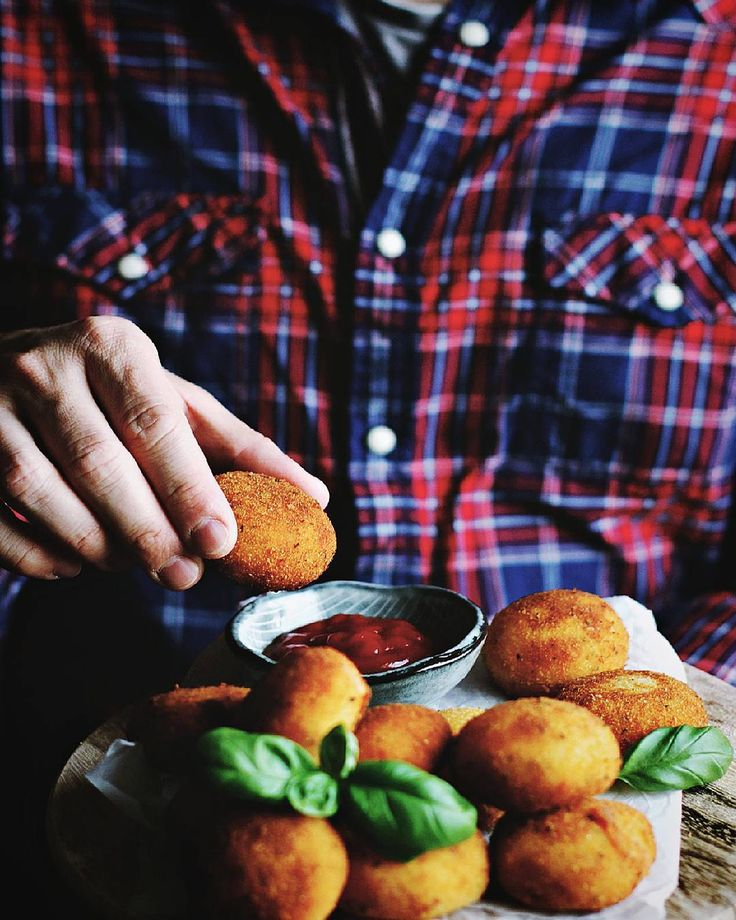 I'm trying to reach the perfect chorizo croquette and I think I'm pretty close now...  --- Tonight I'm gonna share again one of the accounts who joined the #sf20k party. If you want a chance to be featured follow these simples steps:  repost one of my pictures  tag me  use the hashtag #sf20k by sarah_fel