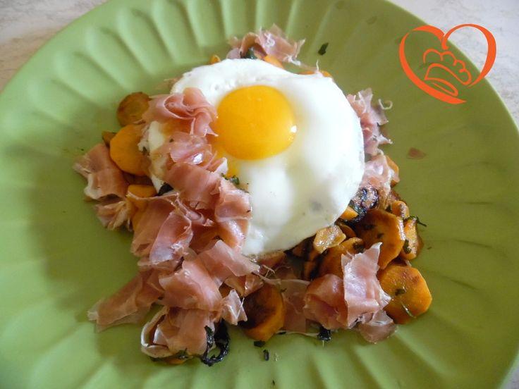 Uova al tegamino con prosciutto crudo e carote http://www.cuocaperpassione.it/ricetta/1f361f4c-9f72-6375-b10c-ff0000780917/Uova_al_tegamino_con_prosciutto_crudo_e_carote