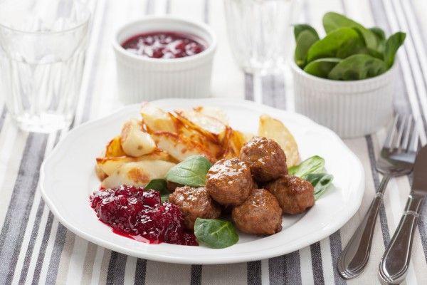 Švédske mäsové guličky poznáme u nás najmä z Ikei.. Podávajú sa hlavne s varenými zemiakmi a brusnicovou omáčkou..