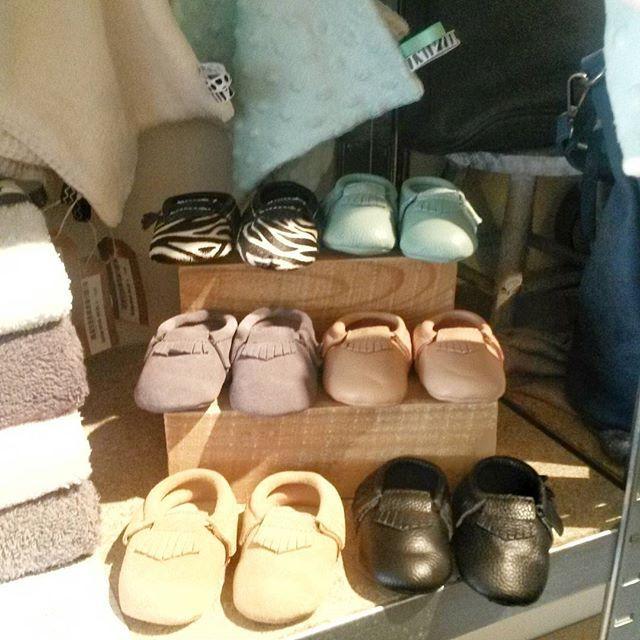 www.noez.nl Vandaag naar @conceptstoretheupperside geweest om mijn plank in te richten. De winkel ziet er mooi uit! Niet de beste foto, want de verlichting hing nog niet.  #conceptstoretheupperside #noezhandmade #enschede #aanrader #baby #zwanger #kraamcadeau