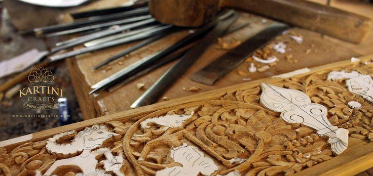 proses-kerajinan-seni-ukir-kayu-kartini-jepara-kayu-jati-kuno-japara