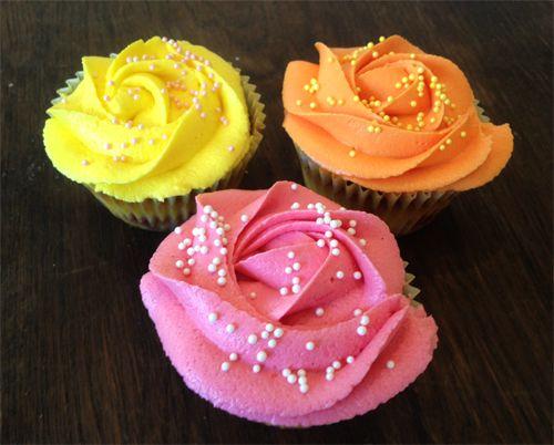 Cupcakes med bringebær og hvit sjokolade - Cakeplease