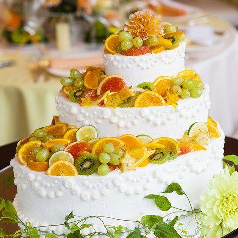 瑞々しいビタミンカラーのフルーツのウエディングケーキは会場を華やかに演出 | 丘の上のティアラガーデンズ(東京都:ゲストハウス) | 結婚式場・結婚準備の口コミサイト-みんなのウェディング [写真から探す]