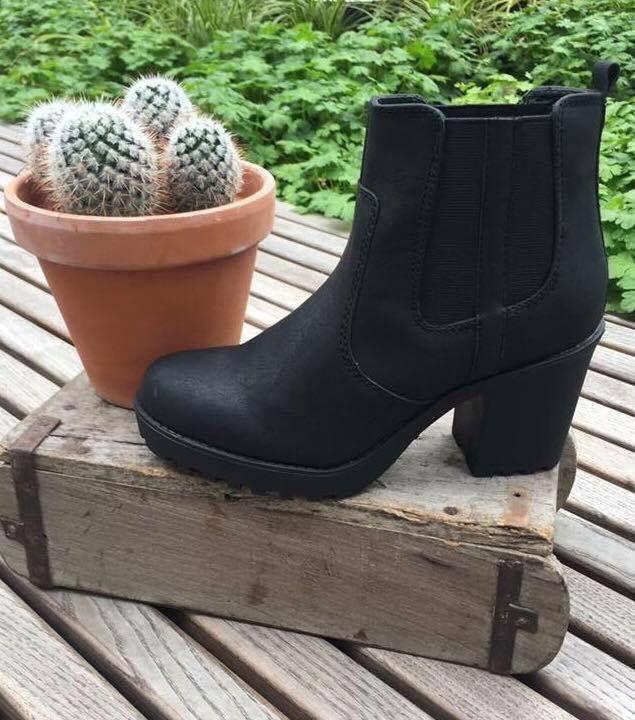 Tidsløs og klassisk støvle i sort med blokhæl og elastik. Havanna Shoes.