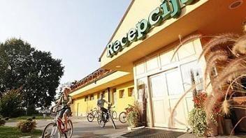 Hotel se nahaja v mirnem okolišu, zeleni naravi, daleč stran od mest. Več o njem na direktni povezavi: http://www.viaslovenia.com/sl/terme/murska-sobota-z-okolico/hotel-zeleni-gaj.html
