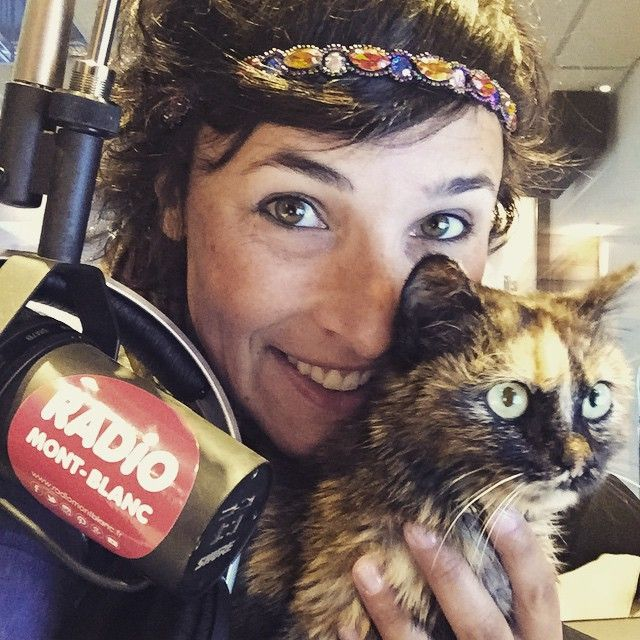 Jacqueline le chat et Jessica pendant le Mont Blanc Morning #radiomontbanc #cat #kitten #kittycat #montblancmorning #montblanc #radiocat #live