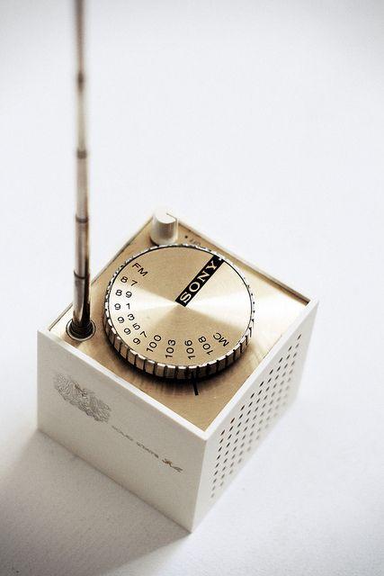 Sony Cube TFM-1837W transistor radio