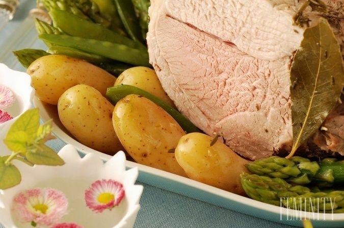 Ilustračné foto: Klasické veľkonočné dobroty v podobe údeného mäsa a zemiakového šalátu nesmú chýbať na stole