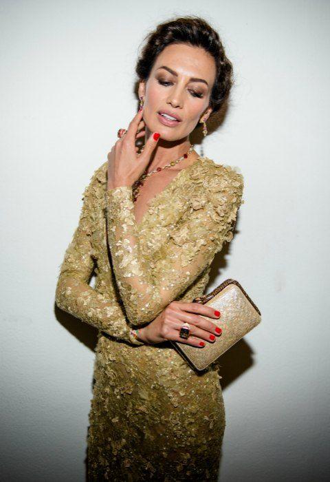 El 'total look' en color oro de Nieves Álvarez. Cualquier otra parecería un arbol de navidad recargada y dorada y, sin embargo, ella lo lleva con una elegancia y una naturalidad espectacular.