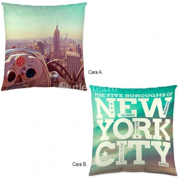 Cojín Decorativo EMPIRE de la firma Naturals. Aparece una espectacular vista de pájaro de la ciudad de Nueva York, donde destacan sus edificios más emblemáticos como el Empire State.