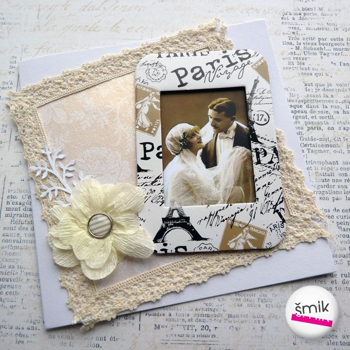 perleťové svatební přání s vintage fotografií Přáníčko je vyrobené z bílé čtvrtky, ozdobeno je kvalitním perleťovým SB papírem s květinovým ornamentem, vintage fotografií v ozdobném rámečku s motivem Eiffelovy věže a starého písma. Přání zdobí krémová krajka, květina s enamelovým středem a výsek. Velikost zavřeného přání je 13,5 × 13,5 cm, uvnitř je ...