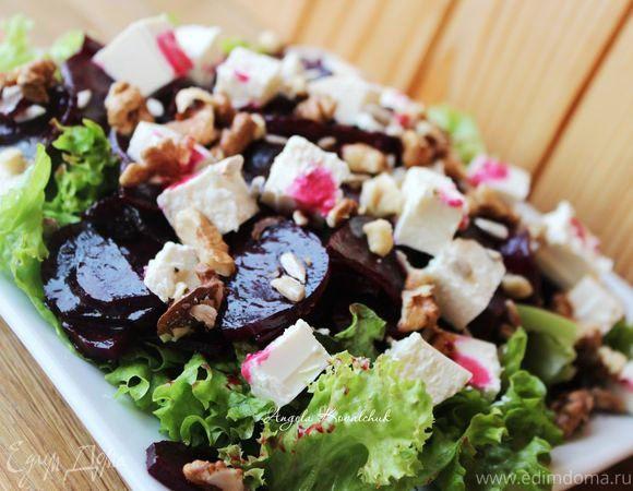 Салат из маринованной запеченной свеклы с фетой  Благодаря маринованию свекла становится более сладкой и ароматной. Она отлично сочетается с салатом, фетой и грецкими орехами. Попробуйте, как вкусно! #готовимдома #едимдома #кулинария #домашняяеда #салат #закуска #свекла #маринованная #запеченная #фета #сыр #орехи #грецкие #оригинальное #блюдо