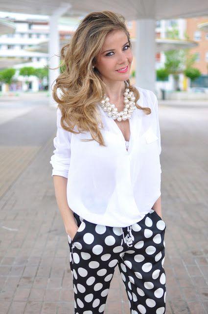 Blusa blanca pantalon blanco negro collar perlas abuela maty                                                                                                                                                                                 Más