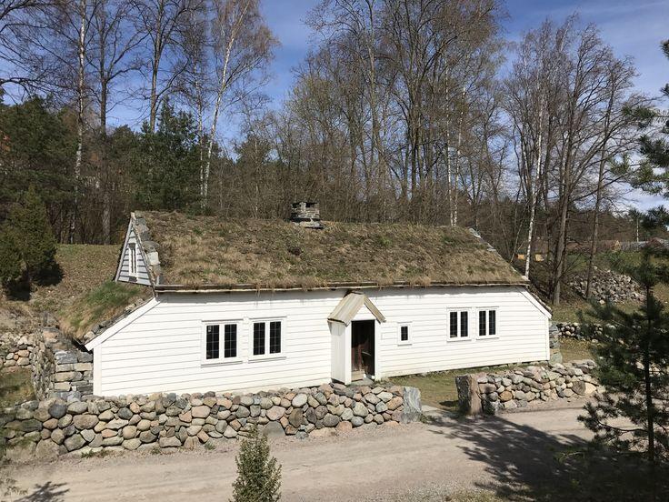 Klassisk norsk hus med rullesteinsmur