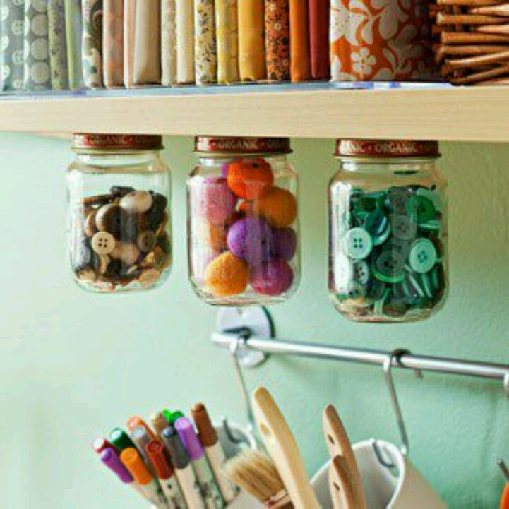 Handig opruimen. Gebruik oude jampotjes en maak er dit VerdraaidGoed opbergsysteem van. Handig en leuk om te zien!