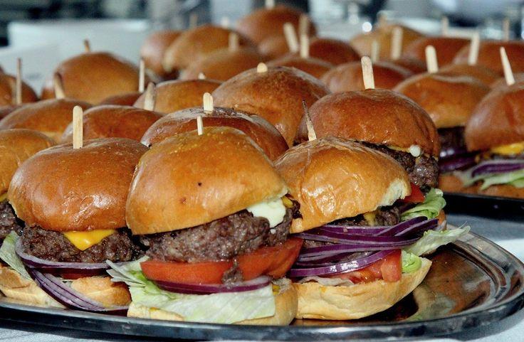 Casa Patata (Brujas).Dice ser el único lugar de Brujasque usa papas no congeladas. Pida unaporción de papas fritas y acompañelas concurry o hamburguesa.Rozenhoedkaai 6. Gourmet Burger Kitchen (Dublín).La cadena de hamburgueseríasofrece una larga lista de opciones paraacompañar el clásico sándwich. Tambiénpuede elegir su tamaño. 14 William St. The Holyrood 9A (Edimburgo).Hamburguesas gourmet y cervezatirada: un …