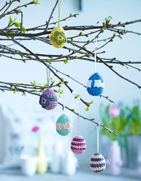Små hæklede påskeæg er en sød og overskuelig måde at dekorere forårsgrenene på til påske - og så kan de varieres på hundrede måder.