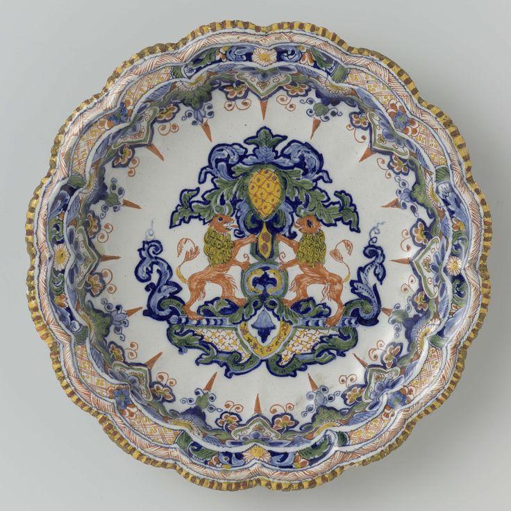 Anonymous | Schaal met geschulpte rand; op het plat een heraldisch ornament, Anonymous, c. 1720 - c. 1750 | Schaal met geschulpte rand; op het plat een heraldisch ornament