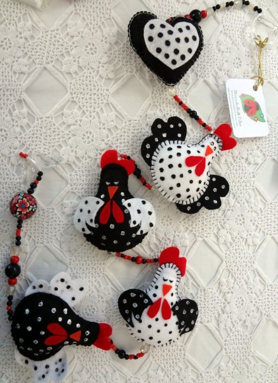 These chickens are too cute! B/W spotted felt chicken garland. Móbile Decorativo - Galinha D´Angola:
