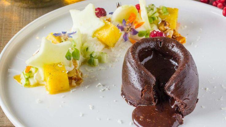 Dit is het Favoriete Feestdessert van Vlaanderen: chocolade moelleux met notencrunch en appel-dragon   VTM Koken