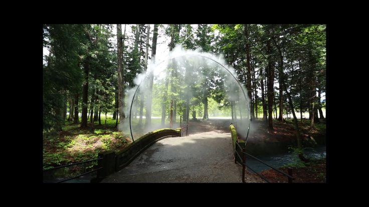 """""""Arc Zero"""", l'installazione di James Tapscott per il Japan Alps Art Festival. Un arco di nebbia sovrasta un ponte che conduce al tempio.... semplicità ed emozione!"""