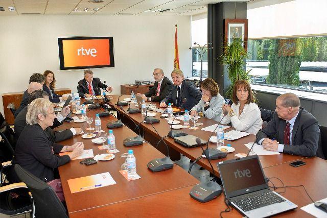 El Consejo de RTVE ha tenido dar oficialmente marcha atrás a la decisión de la antigua dirección de finalizar las emisiones en Onda Corta de Radio Exterior de España (REE). Tras las numerosas críti...