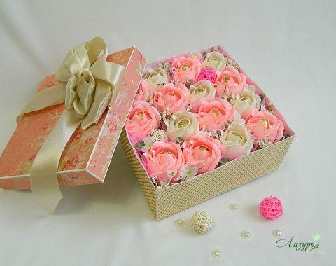 Подарочная коробка с цветами из конфет