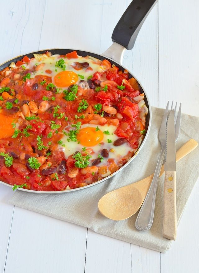 Gepocheerde  eieren in tomaten/witte bonen saus.