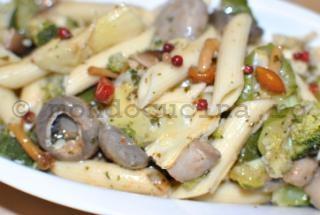Salata de penne, ciuperci si anghinare marinate, broccoli si zucchini