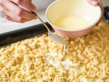 Omass saftiger Streuselkuchen mit Sahneguss