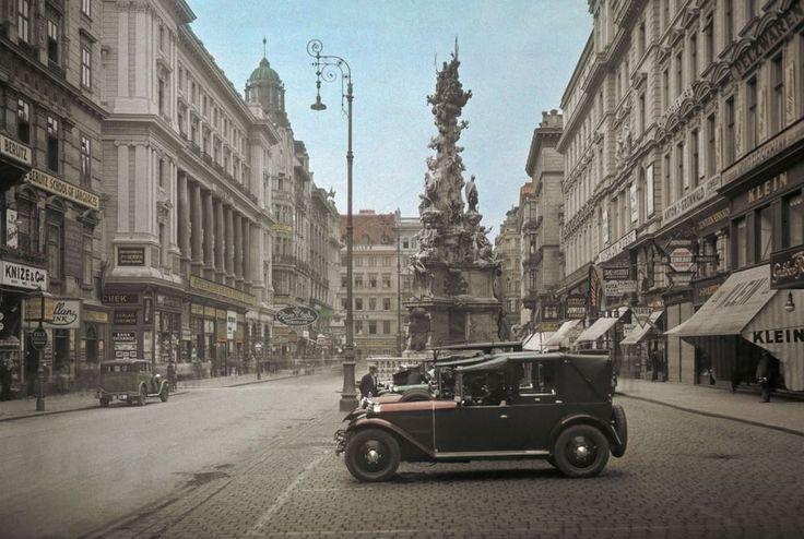 Un monumento sobrio Fotografia di Hans Hildenbrand, National Geograhic  La Colonna della Trinità di Vienna fu eretta dall'imperatore Leopoldo I per celebrare la fine della peste che aveva colpito la capitale austriaca nel 1679. La foto fu pubblicata su National Geographic nel 1937.