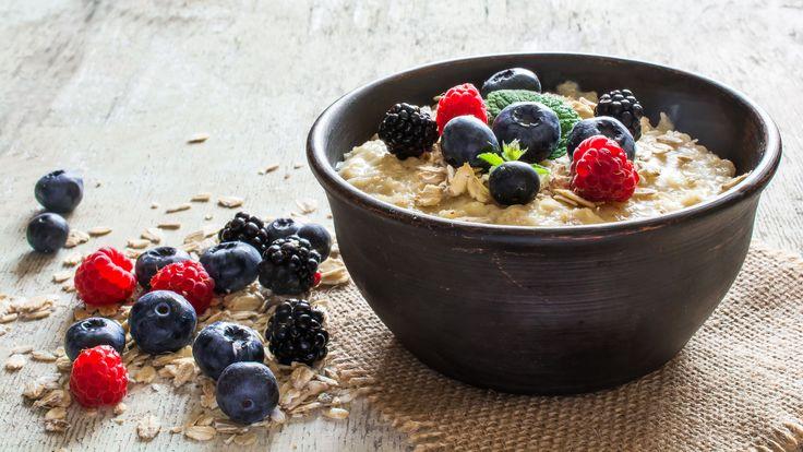 Lekker Gezond deelt de lekkerste recepten voor koude havermout, ook wel overnight oats. Hoe maak je koude havermout? En waarom is havermout zo gezond?