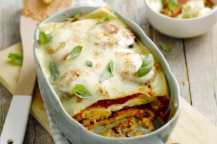 Deze vegetarische lasagne moet niet onderdoen voor zijn broertje met vlees. De aubergine zorgt voor een stevige textuur en vult lekker goed.