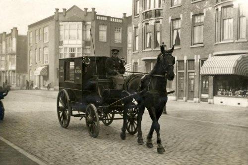 Postwagen [postkoets] getrokken door een paard, anno 1928 in Den Haag
