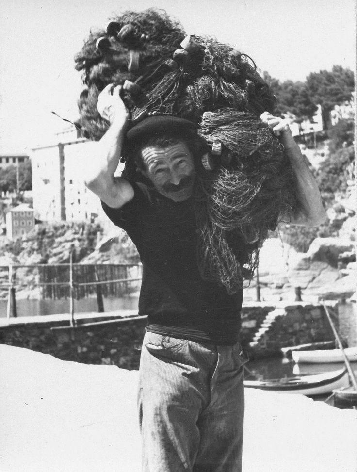 Camogli. Un pescatore trasporta le reti da pesca (anni 1925-1950) / A fisherman in Camogli