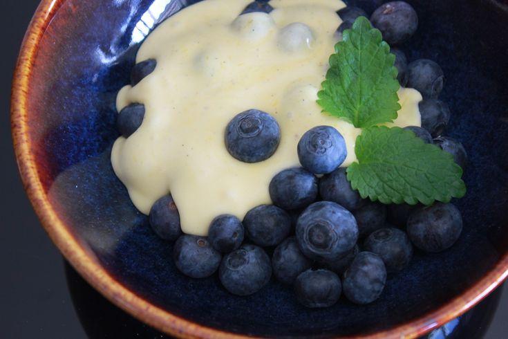 Jeg har Pavlovaproduksjon på kjøkkenet om dagen, og til den jeg har kalt Sprø Pavlova, lagde jeg en lettvint variant av vaniljesaus som ikke bare passer fint til kaker, men også til frukt og bær