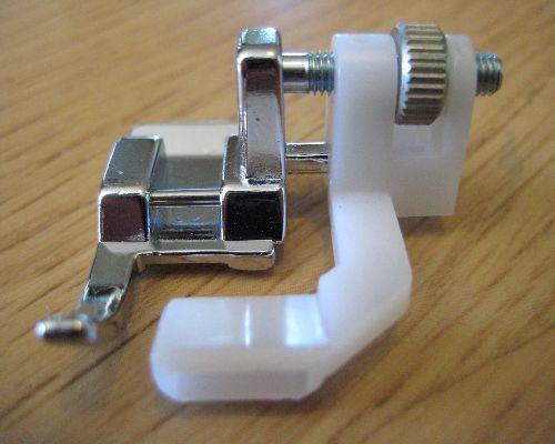 Prensatelas para Cintas  De estructura muy similar al Prensatelas de Dobladillo Invisible, está diseñado exclusivamente para facilitar la costura de cintas normales o cintas elásticas.