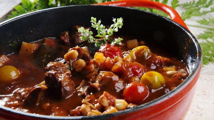Prøv en franskinspirert, varmende lammegryte med bønner og tomater.
