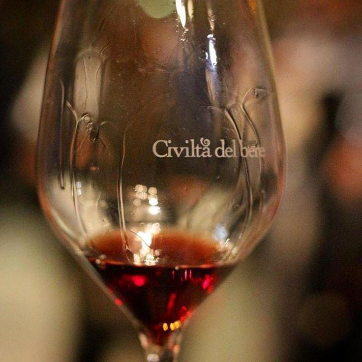 """Il Calice di Civiltà del bere durante la degustazione all'evento """"Simply the Best"""" delle Cinque giornate del bere, Milano"""