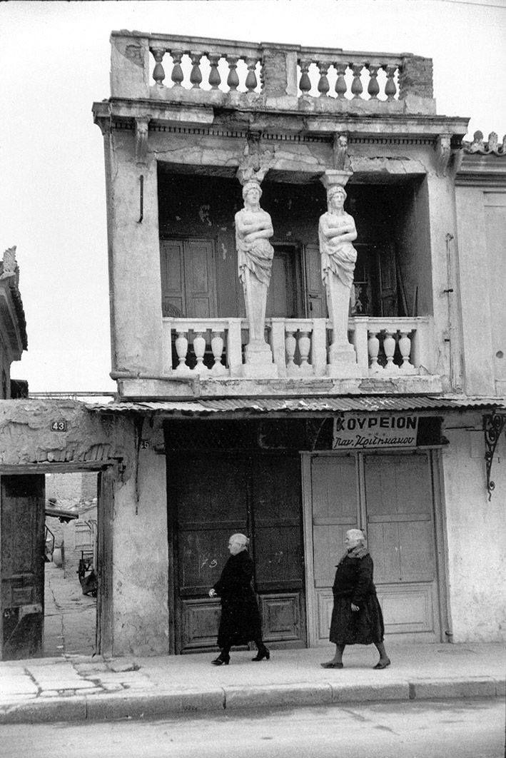 "Atenas, 1953, imagen de Henri Cartier-Bresson, Magnum. ""SOSTENER EL PESO, SOSTENER LA MIRADA"" http://www.santiagodemolina.com/2015/08/sostener-el-peso-sostener-la-mirada.html"