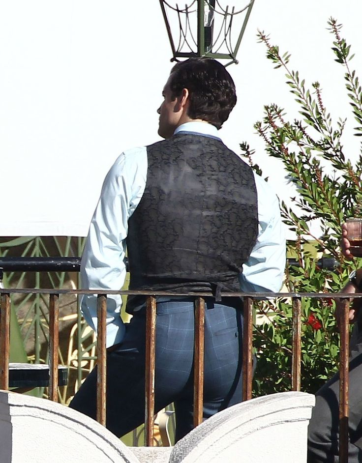 """Henry Cavill's ginormous rump on the set of """"Man... 