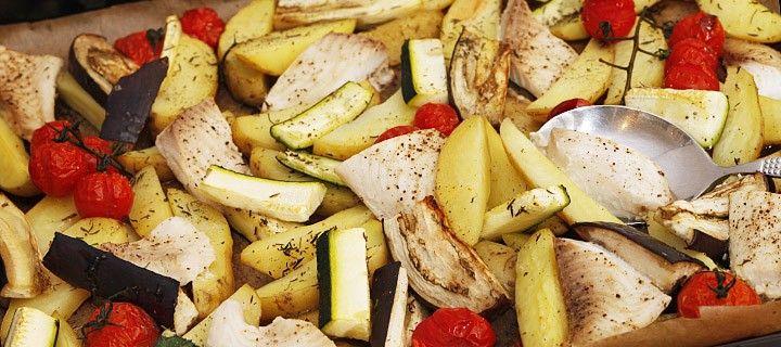 Gegrilde groente, aardappelen en vis met tijm uit de oven.