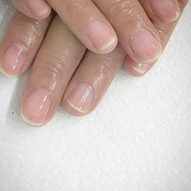 : 「自爪ケア&磨き仕上げコース」 H.Pをご覧になり、初めてのご来店でした💓 ・ 1. お爪の長さ調節 2. お湯で甘皮を柔らかくしてから、余分な角質を丁寧に取り除きます 3. スポンジで表面磨き 4. オーガニックの保湿成分が含まれた オイルを塗布 ・ 自爪を綺麗に整えたい方や、お仕事柄ジェルネイルが出来ない方に人気のコースです。 H.Pのご予約フォームより、どうぞお気軽にお問い合わせください💁🏻 : : #甘皮ケア#自爪ケア#自爪派#自爪#渋谷#代官山#恵比寿#中目黒#プライベートネイルサロン#サロンジュテ代官山#シンプルネイル#ウエディングネイル#オフィスネイル#セルフネイル#ブライダルネイル#スワロフスキー#美甲#光疗美甲 #光疗甲 #日式美甲 #shibuya#daikanyama#nailstagram#salonjete#simplenails#instanails #bijoux#swarovski