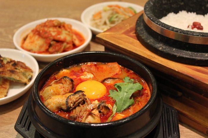 韓国料理とはその名の通り朝鮮民族の料理の総称のことを言います。 世界的にみてもワラビやゼンマイなどの山菜の消費量が多いため、山菜を使った料理が多いです。それ以外にも主食よりもスープ系の料理も多く、よく唐辛子も用いられています。確かに韓国=唐辛子、やキムチといったイメージはありますよね。 味付けも唐辛子はもちろん、胡麻油や醤油、ニンニクなどの合わせ調味料を使った味付けが食卓に並びます。