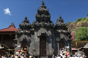 Pulaki Temple or Pura Pulaki is a Hindu shrine located in the hill bank and in front of the beautiful beach in north part of Bali. It is one of the biggest Hindu temples in Bali situated in the coastal side west part of Singaraja town or 1 hour drive to the west from the town. This temple is set on the flat land with stone hill bank as a back drop meanwhile the blue ocean is just in front of the temple.
