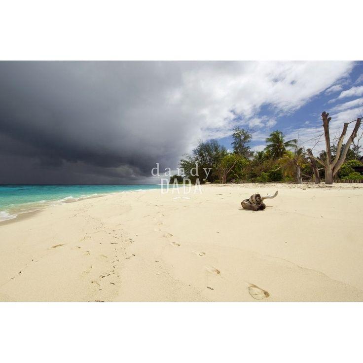 """Seychelles II L'opera """"Seychelles2"""" di Piergiorgio Pirrone appartiene alla collezione """"Blue Wave"""". Il fotografo Piergiorgio Pirrone è affascinato dai fenomeni atmosferici come la luce del sole, le tempeste, la pioggia che tamburella sul mare. Riesce a trasformare uno dei paradisi terrestri in un luogo che sprigiona un fascino inquietante. E' la lotta tra il bene e il male."""