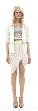 Серая юбка, верх молочного платья, бежевые туфли