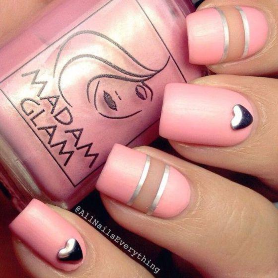 uñas decoradas de rosa con corazones